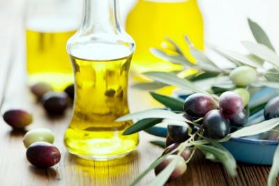 Dầu oliu giúp chăm sóc móng tay khô cứng vàng ố
