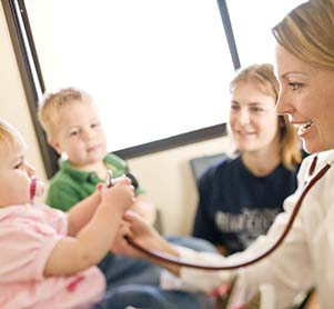 Các bé sẽ được các bác sĩ khám và tư vấn dinh dưỡng